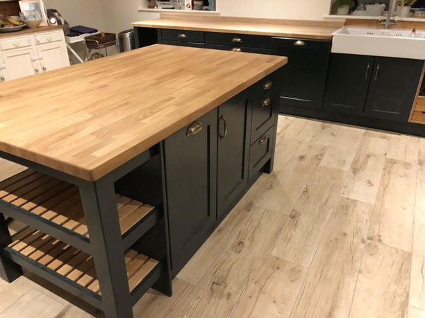 Island with oak slatted pan unit